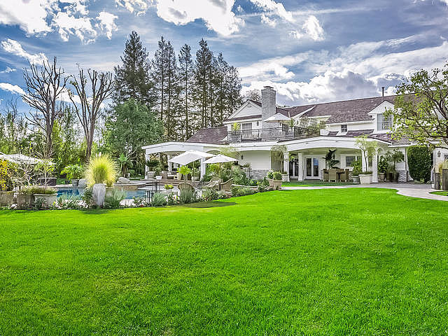 Jennifer Lopez is Selling her Hidden Hills Mega Mansion for $17 Millions!