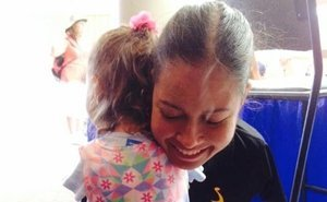 Toddler Without Arms Meets Her Hero, Armless Pilot Jessica Cox