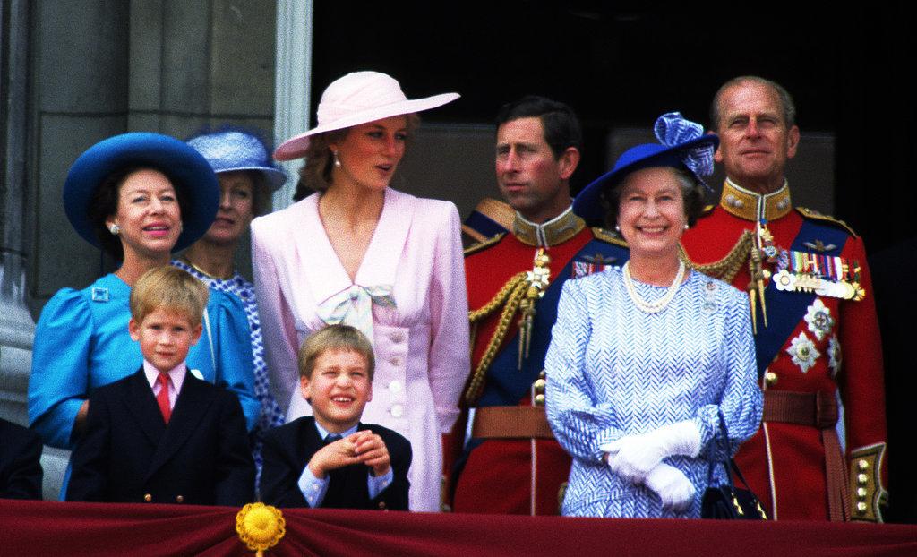http://media1.popsugar-assets.com/files/2015/08/12/797/n/1922398/0c9ba60eb83c524c_GettyImages-186528962_master.xxxlarge/i/Young-Harry-stood-balcony-Buckingham-Palace.jpg