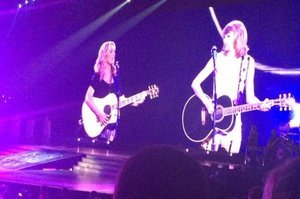 "Stop Everything, Taylor Swift Performed ""Smelly Cat"" With Lisa Kudrow At Her Final LA Concert"