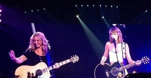 Taylor Swift Sings 'Smelly Cat' With Lisa Kudrow And It's Glorious