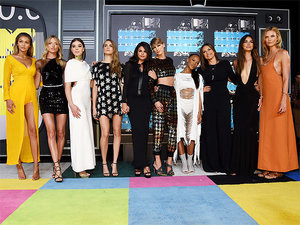 Taylor Swift Brings Her Stylish Squad (and Her Crazy-Toned Abs) to the VMAs