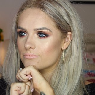 Gelähmte Frau trägt Makeup auf