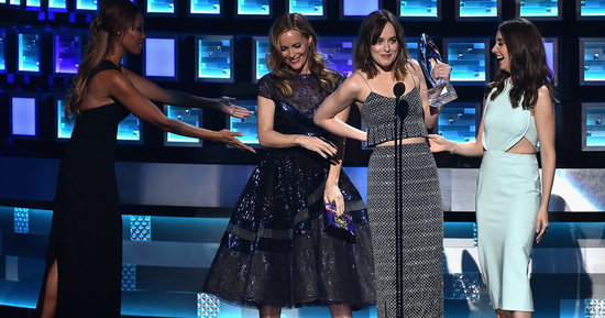 Dakota Johnson Makes Hilarious Save After Leslie Mann Accidentally Unzips Her Dress At The People's Choice Awards
