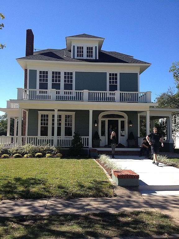 charming 1930s home this is a fixer upper fan 39 s dream vacation popsugar home. Black Bedroom Furniture Sets. Home Design Ideas