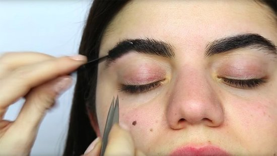 VIDEO: The Right Way To Shape Your Eyebrows, According To An Expert
