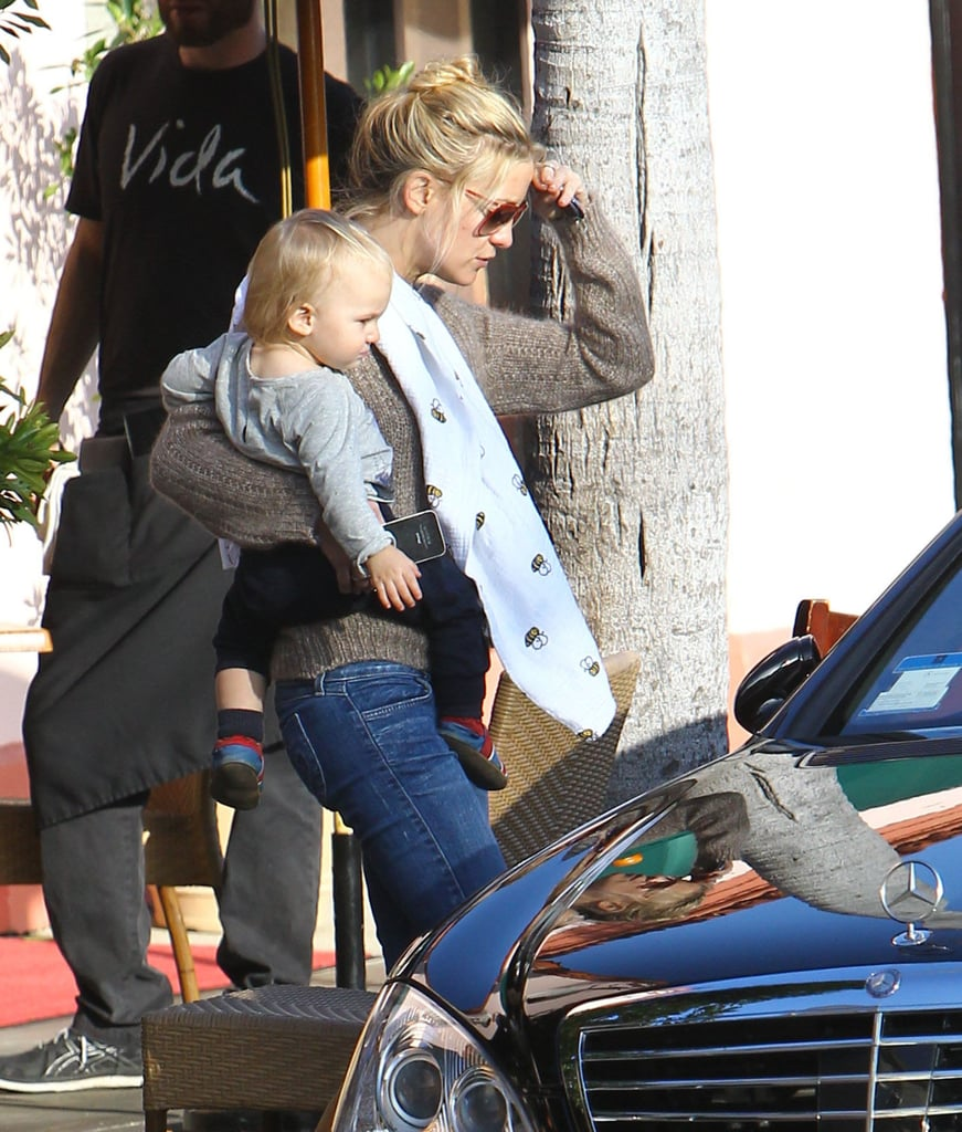 Kate Hudson carried Bing to lunch with Goldie Hawn.