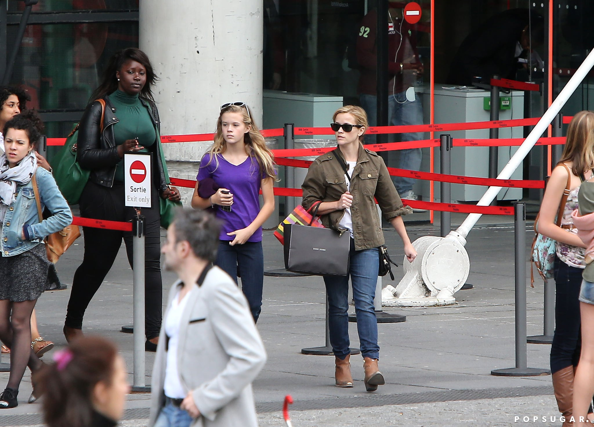 Reese Witherspoon and Ava visited the Pompidou Museum in Paris.