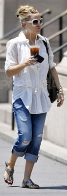 Kate Hudson Wears Boyfriend Jeans and White Tunic in NYC