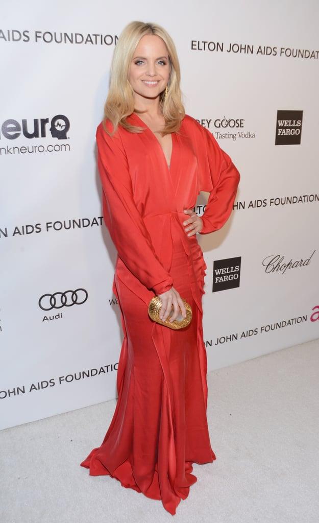 Mena Suvari wore a bright red dress to Elton John's Oscar party.