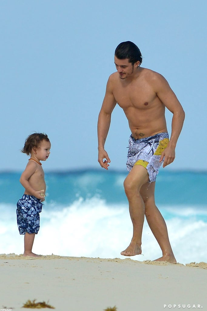 Shirtless Orlando Bloom played on the beach with Flynn.