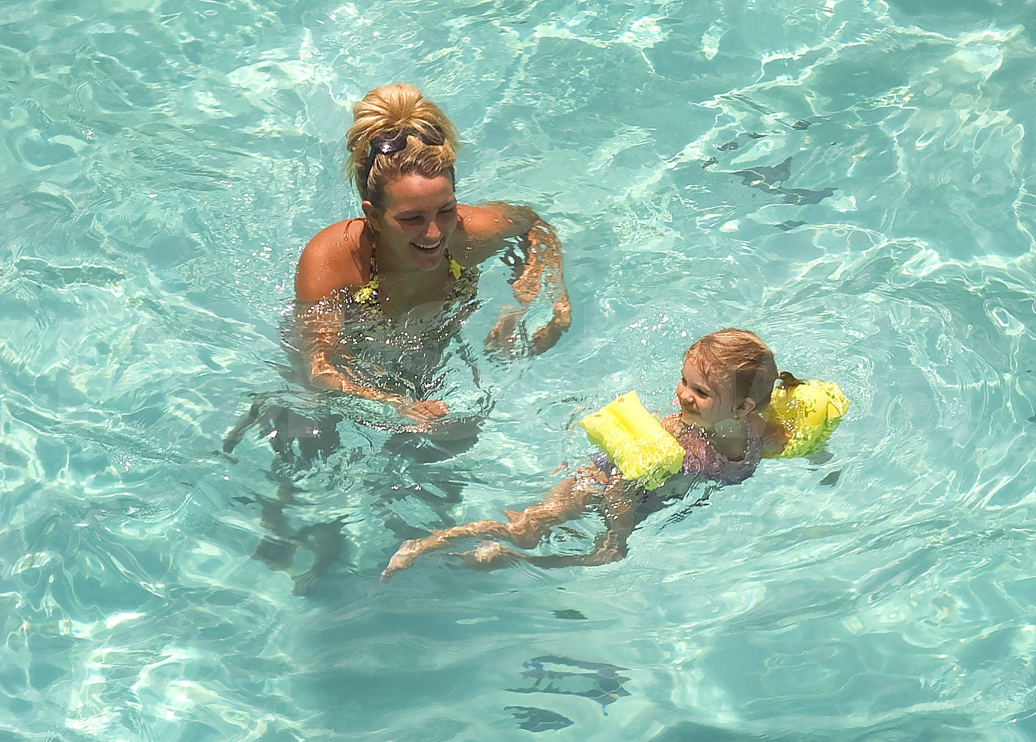 Jamie Lynn Spears teaches Maddie Aldridge to swim.