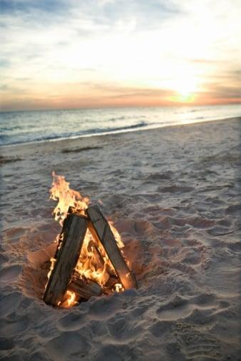 Decorating Ideas For a Beach Bonfire