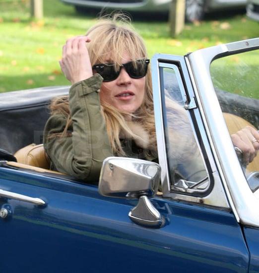 Photos de Kate Moss qui se rend en decapotable dans les Cotswolds