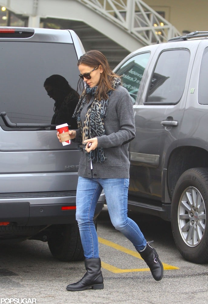 Jennifer Garner made her way around her car.