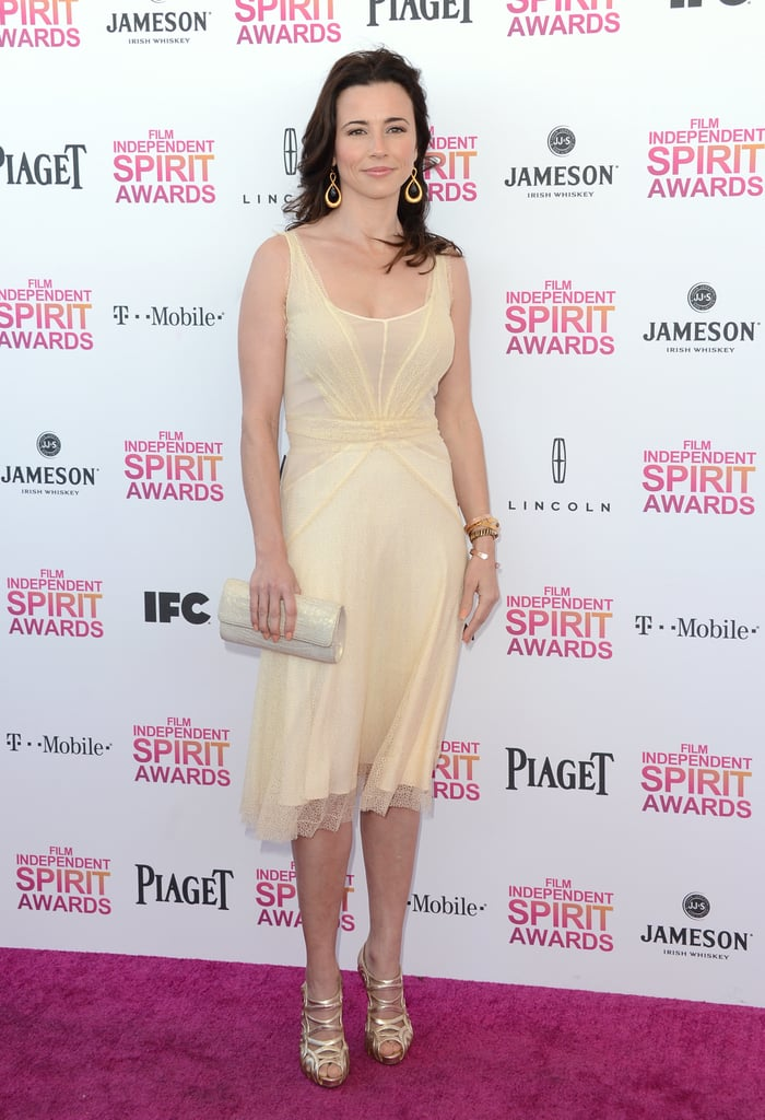 Nominated actress Linda Cardellini chose a soft pastel-hued dress, along with gold strappy sandals and a white clutch, for her pink-carpet appearance.