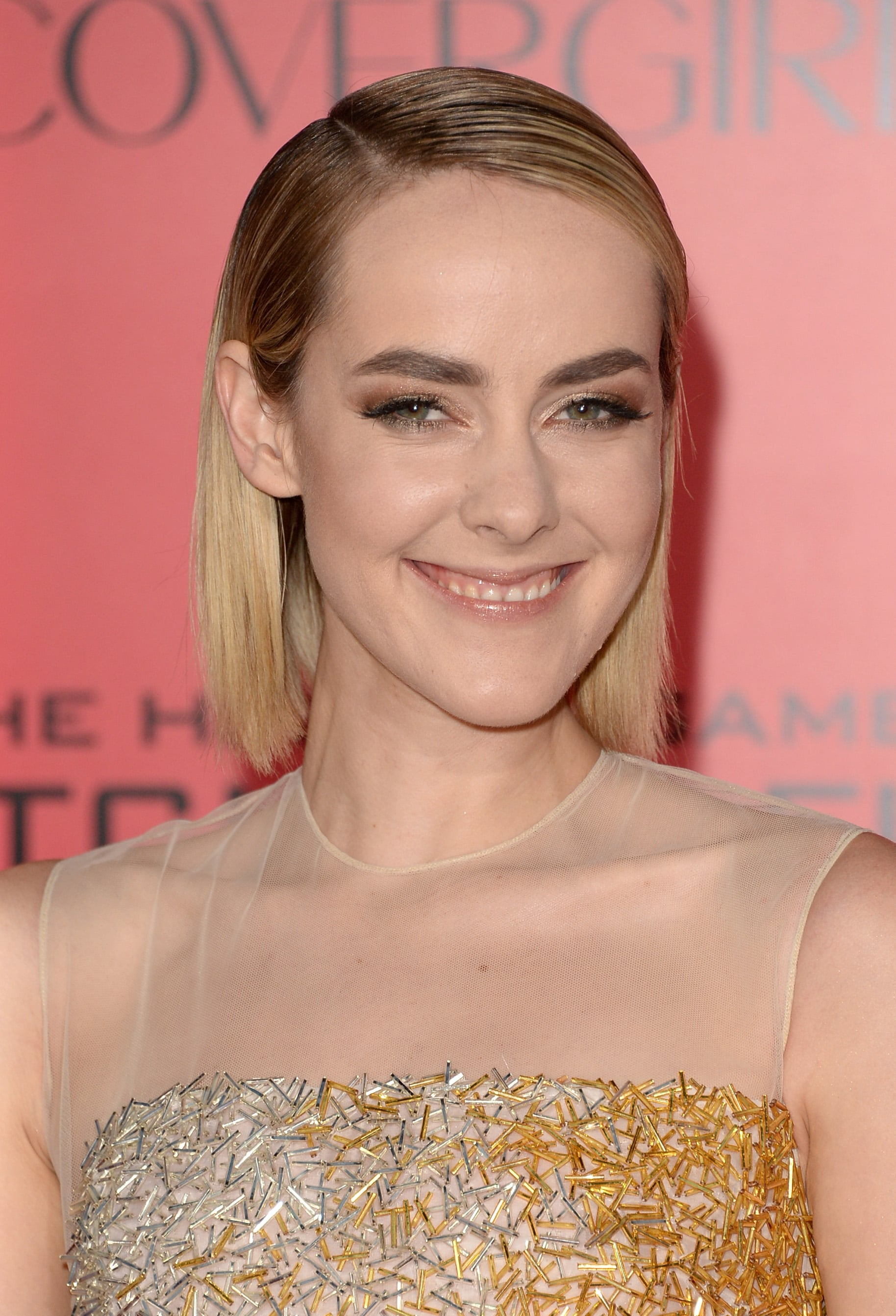 Jena Malone opted for a two-textured hairstyle with wet roots and straight dry ends. As for makeup, her brows were the center of attention.