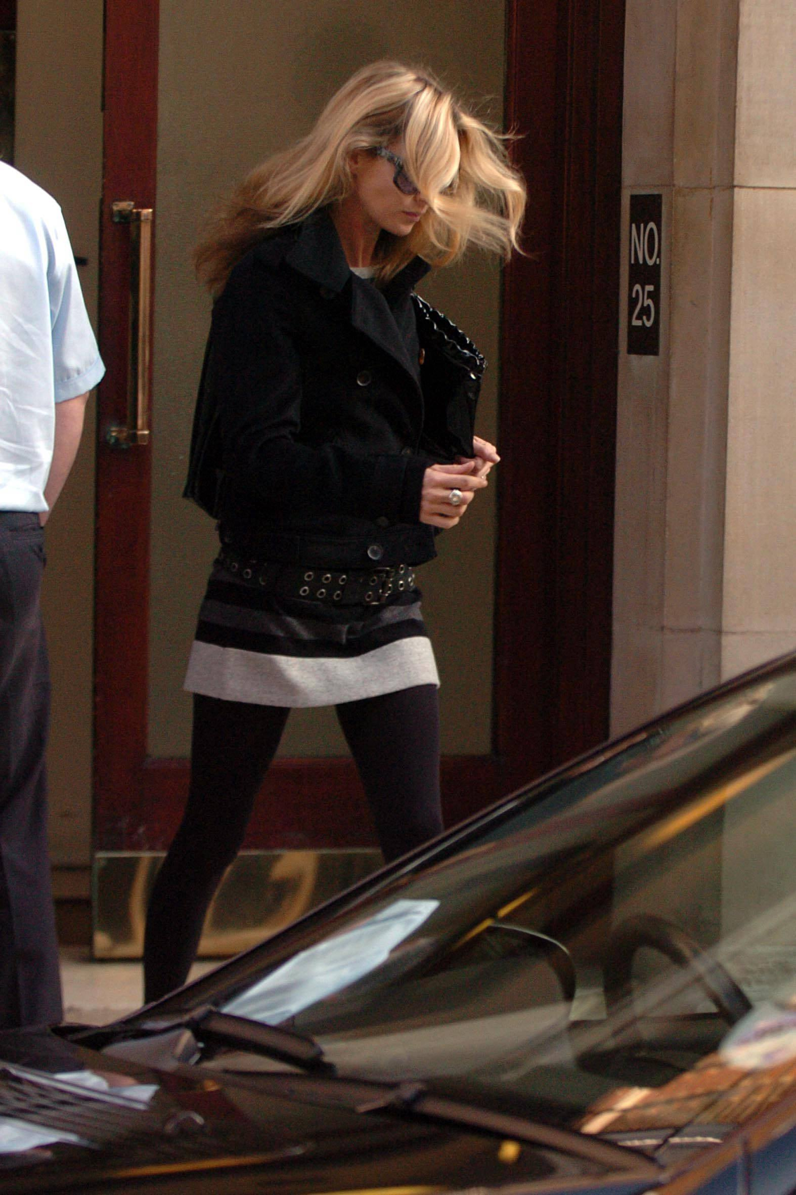 Kate_Moss_candid_shopping_Bond_Street_London_10-24-2006_06