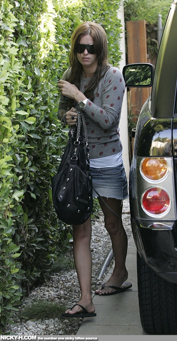 Nicky_Hilton_arrives_home_after_going_to_hair_dresser_002