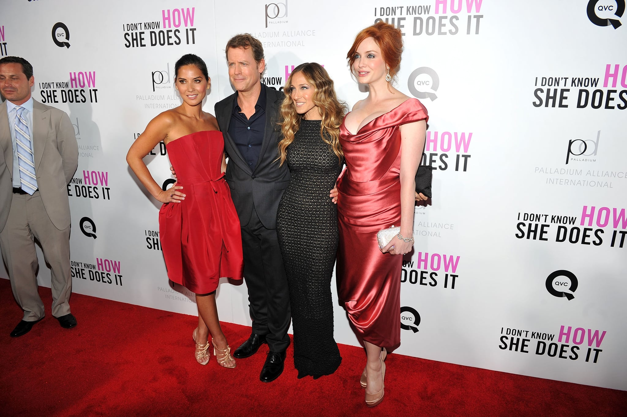Sarah Jessica Parker posed with her supporting cast, including Greg Kinnear, Christina Hendricks, and Olivia Munn.
