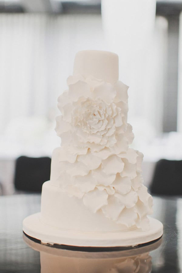 This is one simple and charming cake if we ever saw one, with a floral design that takes center stage.