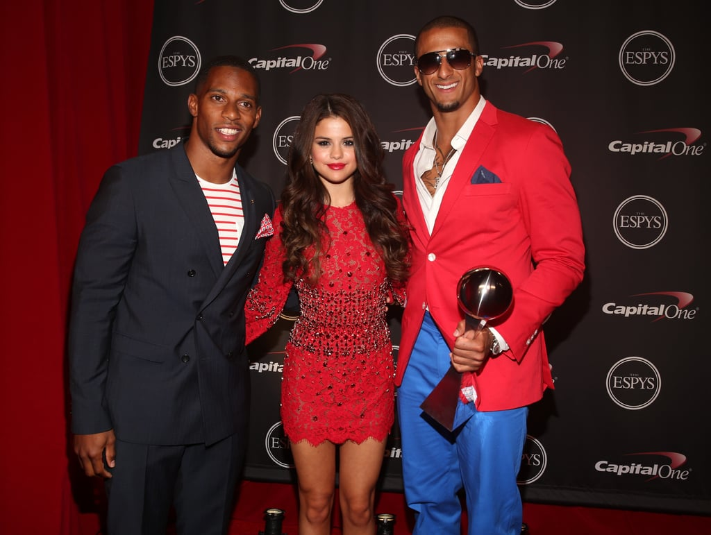Selena Gomez was flanked by two NFL players, Victor Cruz and Colin Kaepernick, at the 2013 ESPY Awards on June 18.