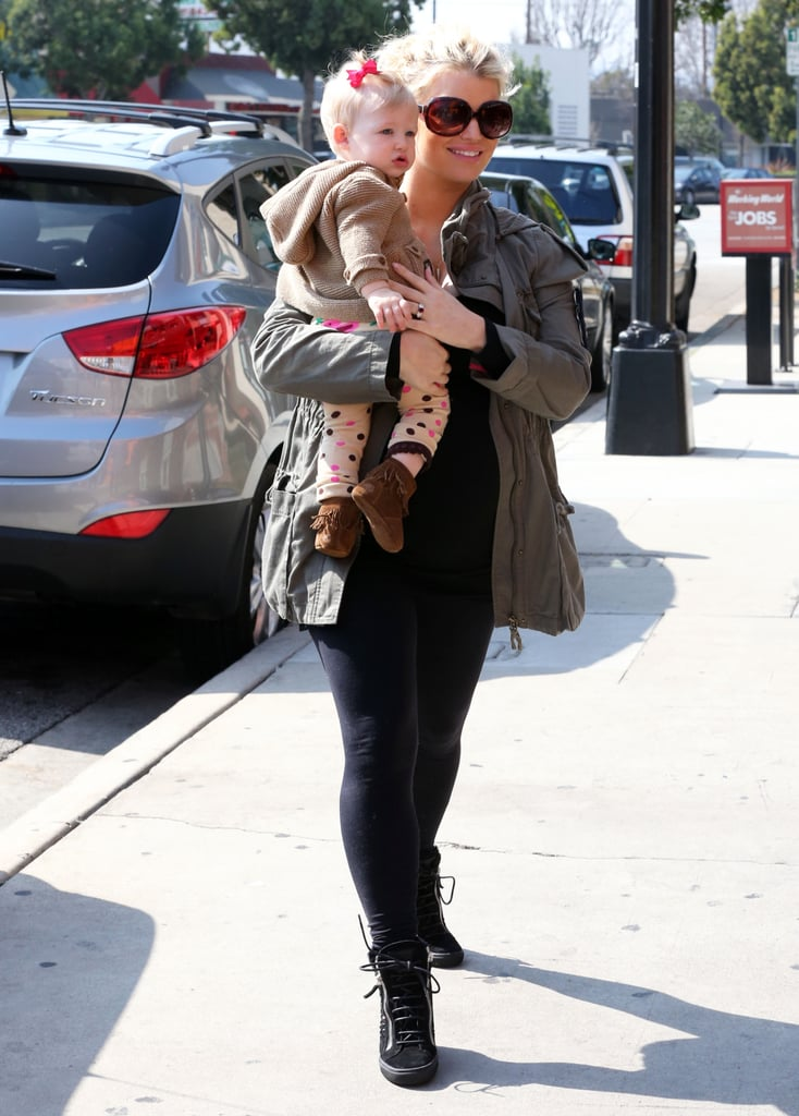 Pregnant Jessica Simpson had a mother-daughter lunch with Maxwell on Monday.