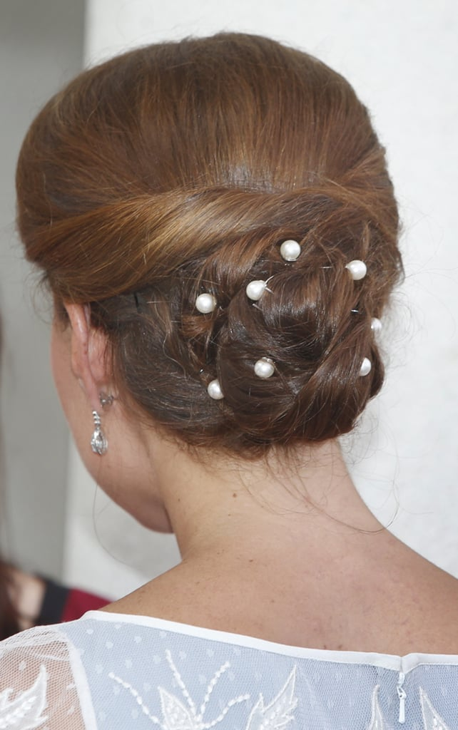 To play up the girlieness of this ensemble, she also wore pearl hairpins.