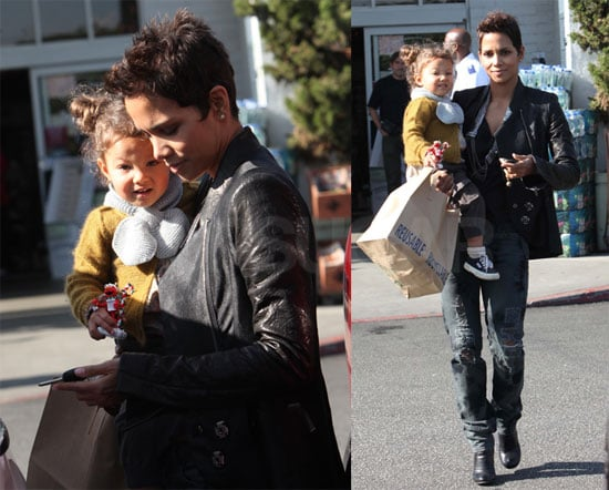 Photos of Halle and Nahla at the Grocery Store 2009-12-10 15:07:11
