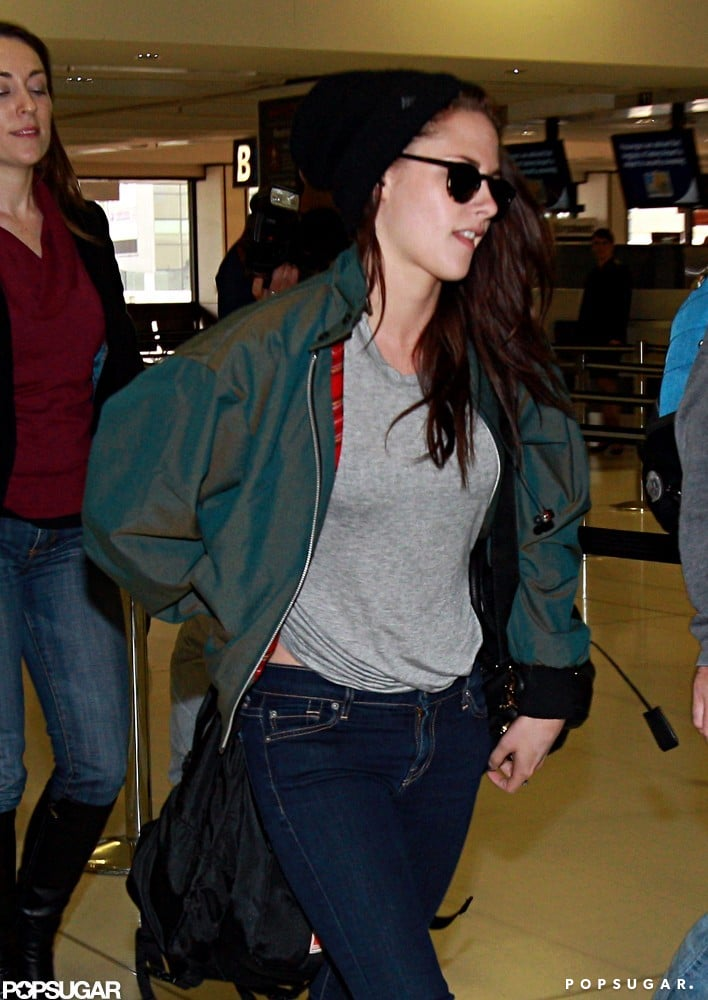 Kristen Stewart wore sunglasses and a gray t-shirt at the airport in Sydney.