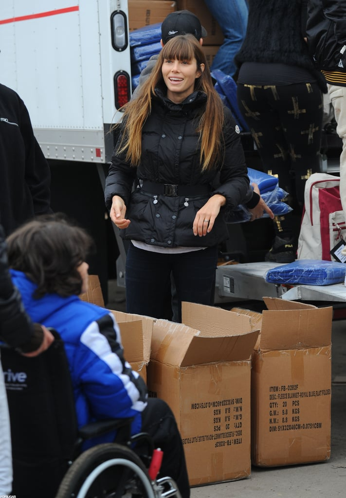 Jessica Biel unloaded boxes from a truck.