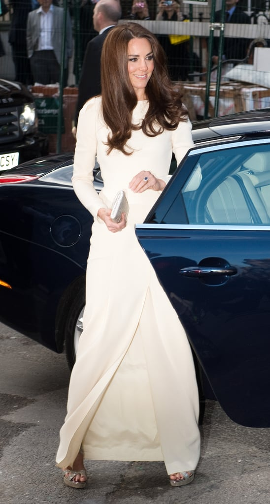 The elegant arrival — Kate carries the dress flawlessly.