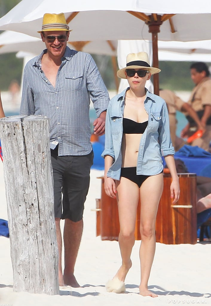 Michelle Williams and Jason Segel walked along a beach in Cancun.