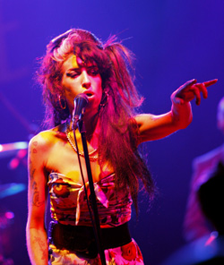 Amy Winehouse Lashes Out At Fan During Her Glastonbury 2008 Set