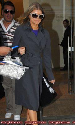 Fergie indo/fazendo compras na Calvin Klen