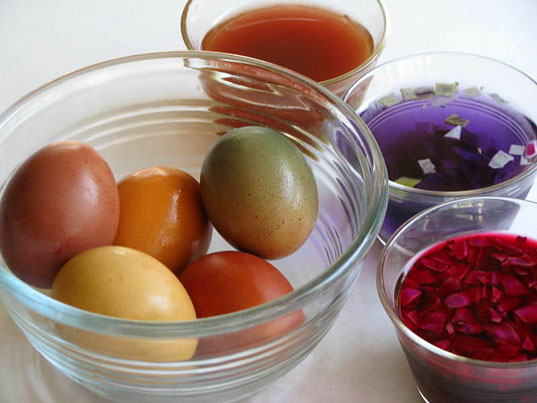 Lil Links: Dye Your Easter Eggs the Natural Way