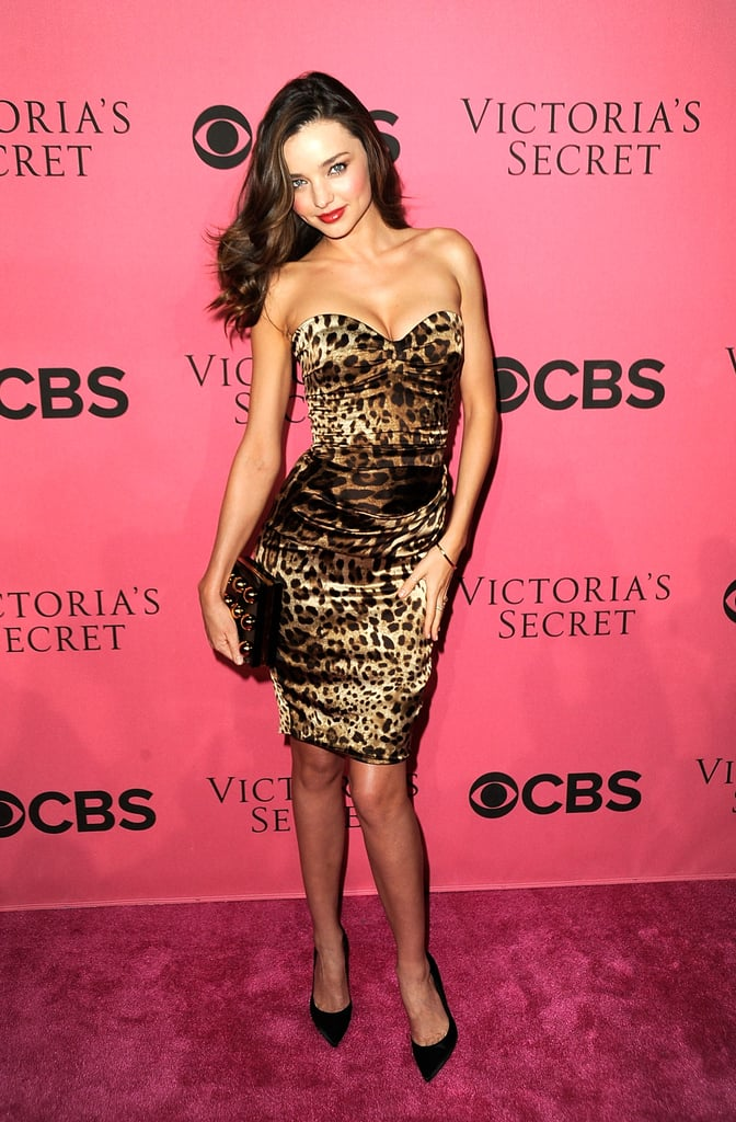 Miranda Kerr gave her signature Victoria's Secret pose on the pink carpet.