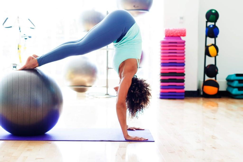 تدريب الثبات بالكرة باستخدام عضلات البطن