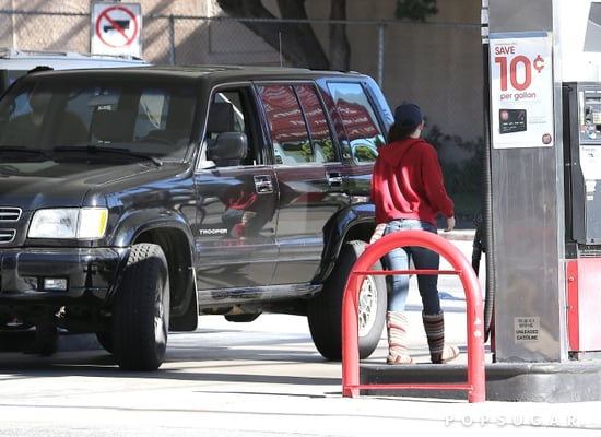 Kristen-Stewart-covered-up-her-trip-gas-station