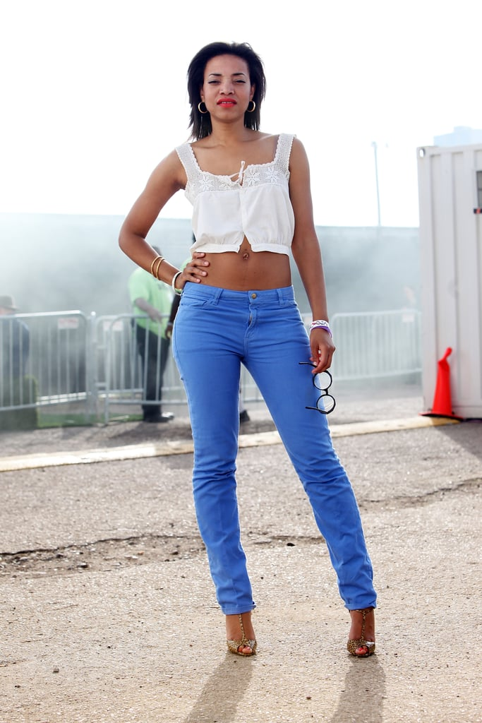 R&B artist Alice Smith embraces the bright jeans trend wholeheartedly. To complement the trend, she wore a sweet midriff top and textured T-strap heels.