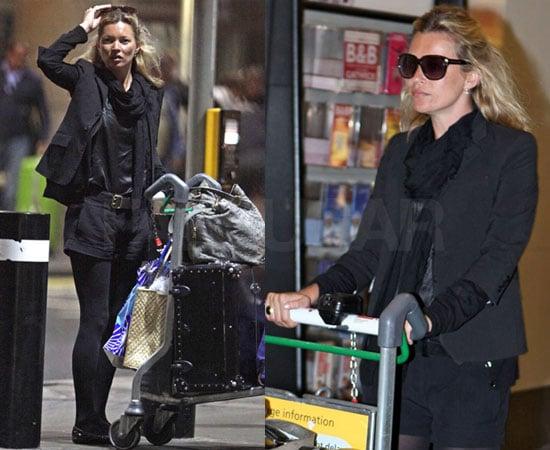 Kate Moss ganz in schwarz auf dem Londoner Flughafen