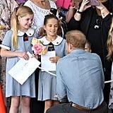 عندما قدّمت هاتان الفتاتان الصغيرتان إلى هاري ملاحظاتهما المكتوبة من قبلهما