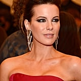 Kate Beckinsale rocked out super kohl-lined eyes last night and she also had a chic, 80s style upsweep.