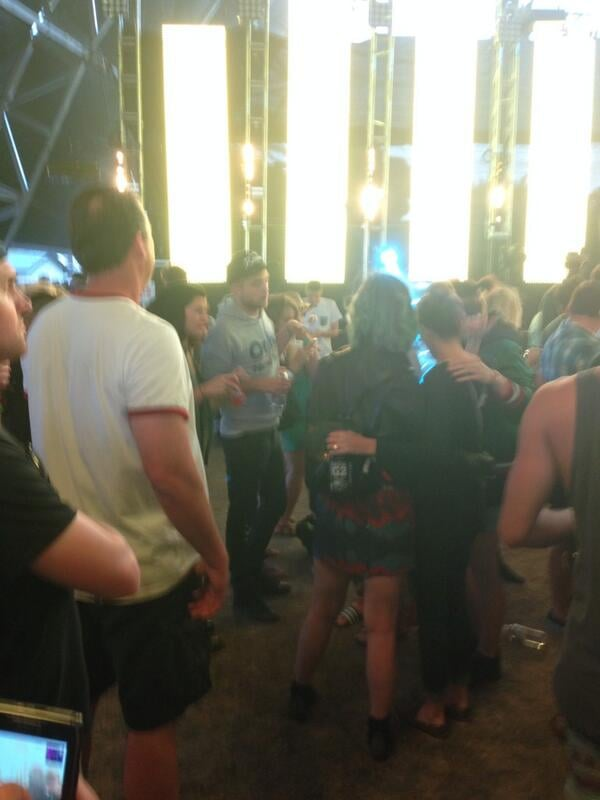 Robert chatted with Katy and a group of friends. Source: Twitter user kaybeetee