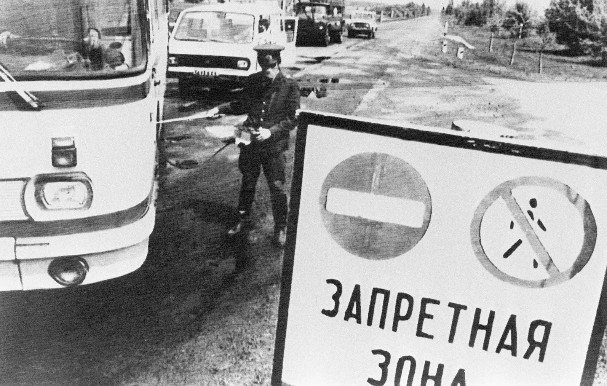 un policier contrôle, le 10 mai 1986, le niveau de radioactivité de véhicules quittant la zone interdite de 30 km autour de la centrale nucléaire de Tchernobyl, quelques jours après l'explosion du réacteur No 4 de l'installation, le 26 avril 1986, le plus grave accident nucléaire du XX siècle.A policeman checks the level of radioactivity on vehicles leaving the 30 km forbidden area around Chernobyl after the nuclear plant No. 4 reactor's blast, 26 April 1986, the world's worst nuclear accident of the 20th century. (Photo credit should read STF/AFP/Getty Images)