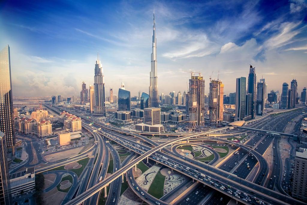 الإمارات تتكفل برعاية الأيتام الذين فقدوا آبائهم في انفجارات