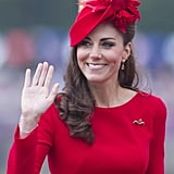 جاءت قبّعة كيت الناريّة من تصميم سيلفيا فليتشر وتقدمة متجر القبعات الملكيّة James Lock & Co، متناغمة مع فستان ألكسندر ماكوين الأحمر الذي ارتدته في مهرجان موكب اليوبيل الماسي على التايمز عام 2012.