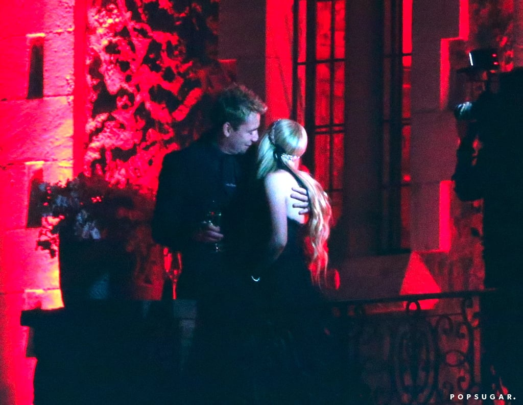 Avril Lavigne and Chad Kroeger kissed on the balcony after getting married in France.