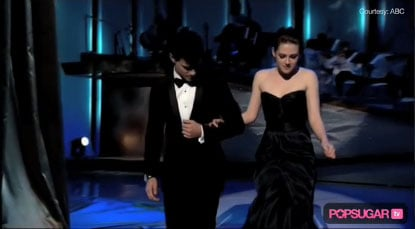 Video of Kristen Stewart and Taylor Lautner Presenting on Stage at the 2010 Oscars 2010-03-07 22:00:16