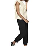 قميص أبيض واسع ذو كشكش وثنيات ناعمة